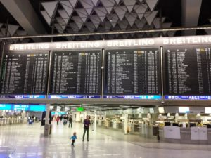 große Tafel am Flughafen