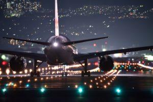 landendes Flugzeug bei nacht