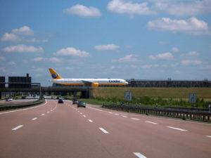 Blick von der Autobahn auf Flugzeug am Flughafen Leipzig