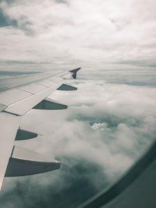 Flugzeug fliegt durch Wolken