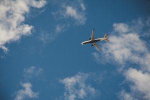 niedrig fliegendes Flugzeug ohne Kondenssteifen
