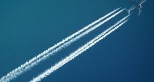 Hoch fliegendes Flugzeug mit Kondesstreifen